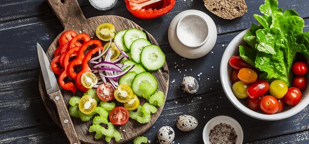 Nakrájaná zelenina na stole